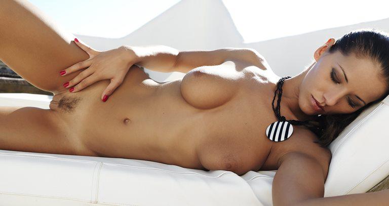 Голая загорелая проститутка